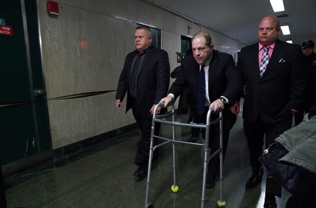 Harvey Weinstein (M) verlässt mit einer Gehhilfe das Gericht nach einer Anhörung. Weinsteins Kaution wurde von einer Million Dollar auf fünf Millionen Dollar erhöht. Er soll die Auflagen für die elektronische Fußfesseln, die er tragen muss, verletzt haben. Foto: AFP/Bryan R. Smith
