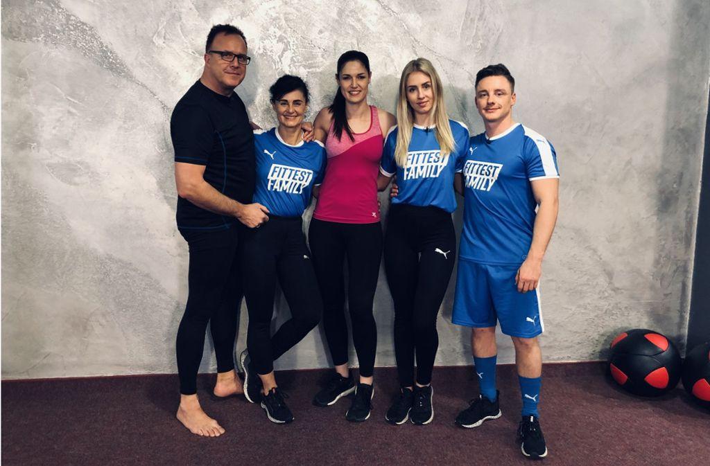 Peter (von links nach rechts) und Sylvia Busch, Coach in der Sendung sowie Kickbox-Weltmeisterin Marie Lang, Dominique Busch und Pascal Schmidt hinter den Kulissen Foto: privat