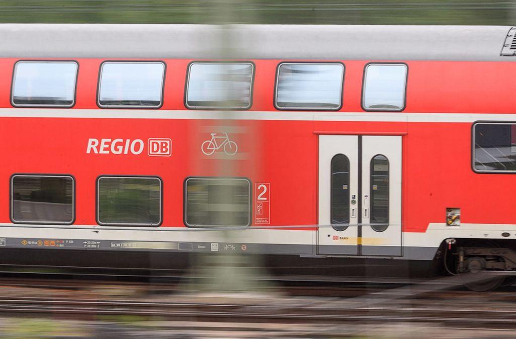 In einem Regionalzug von Stuttgart nach Ulm sollen Anhänger des SSV Ulm rechte Parolen skandiert haben. Foto: dpa