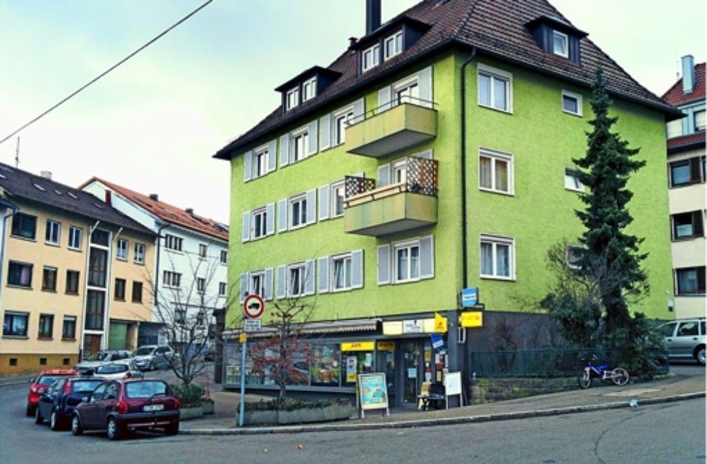 """Der """"doppelpunkt"""" ist ein Eckgeschäft an der Kreuzung Schurwaldstraße/Hornbergstraße im Stadtteil Gaisburg. Der Einbrecher hat nachts die Eingangstür aufgebrochen und die Regale leer geräumt. Foto: Jürgen Brand"""