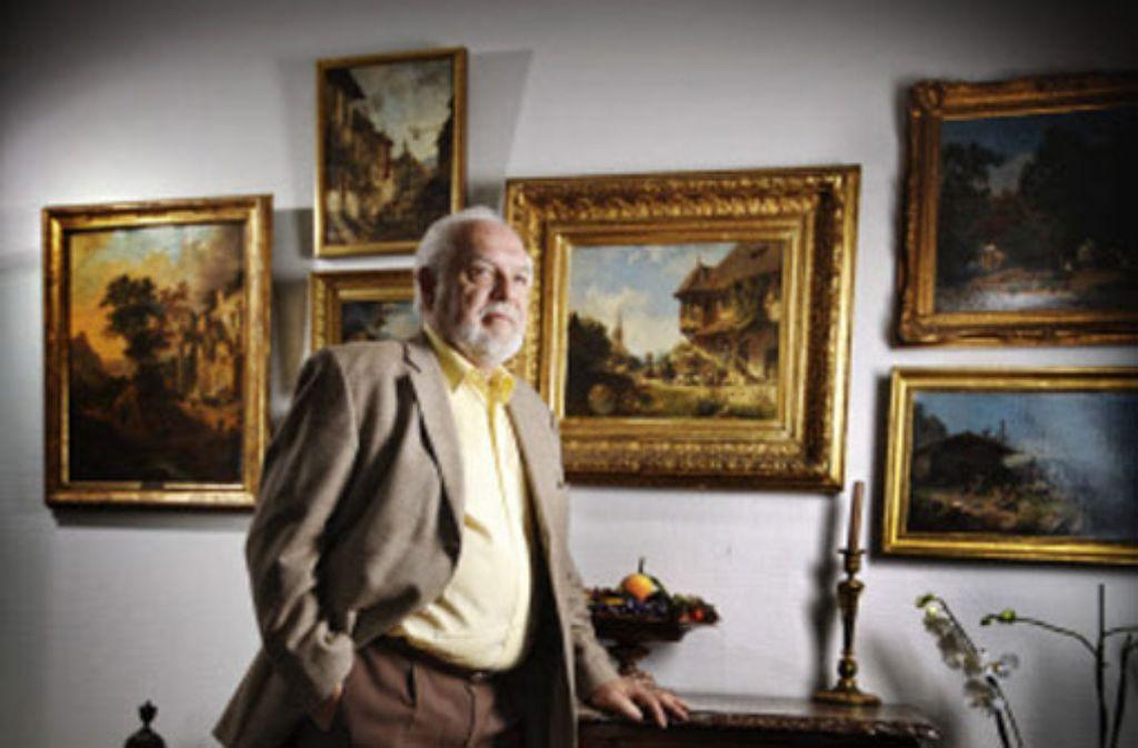 Gert Nagel in seinem Wohnzimmer. Er mag schwäbische Maler des 19. Jahrhunderts. Foto: Stioppel