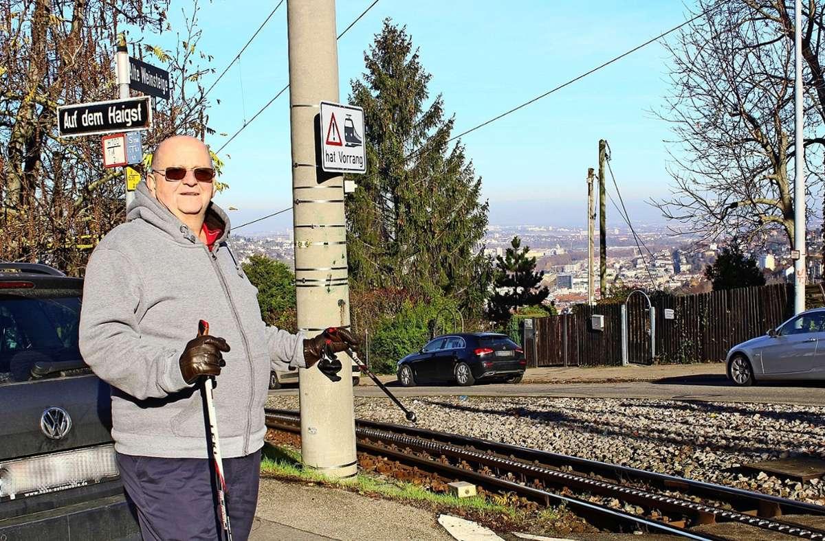 Der Anwohner Albert Groß ist überzeugt, dass an der Kreuzung Alte Weinsteige/Haigst eine Veränderung her muss, um Unheil abzuwenden Foto: Tilman Baur