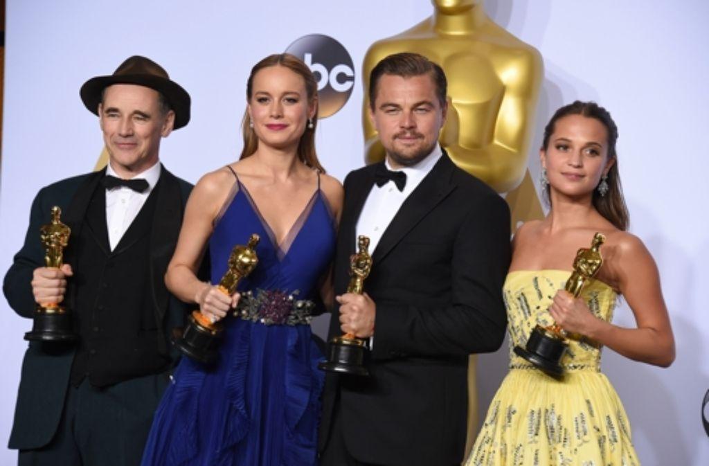Die Gewinner der diesjährigen Verleihung: Mark Rylancee (bester Nebendarsteller). Brie Larson (beste Hauptdarstellerin), Leonardo DiCaprio (bester Hauptdarsteller) und Alicia Vikander (beste Nebendarstellerin). Foto: AP