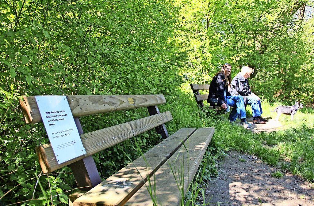 Spaziergänger nutzen die Sitzbänke am Rande einer Wiese beim Heimberg gerne zur Erholung. Doch nach schönen   Wochenenden sieht es hier nicht so  schön aus. Foto: Georg Friedel