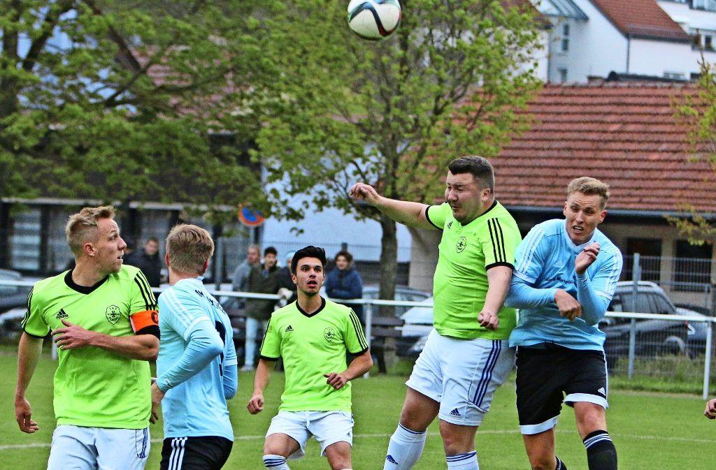 Hier springt       der Flachter  Erdi Kocaoglu   am höchsten.  In  der     24.  Minute  köpft    er   den  Ball zum viel umjubelten   1:1- Ausgleich   ein. Foto: Andreas Gorr