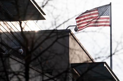 Unbekannte beleidigen und schlagen Amerikaner