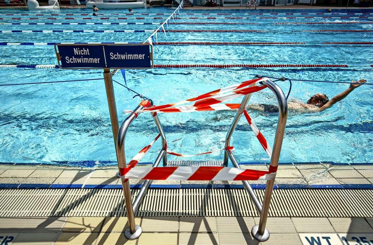 Die ersten Schwimmer ziehen wieder ihre Bahnen. Foto: Lg/Leif Piechowski