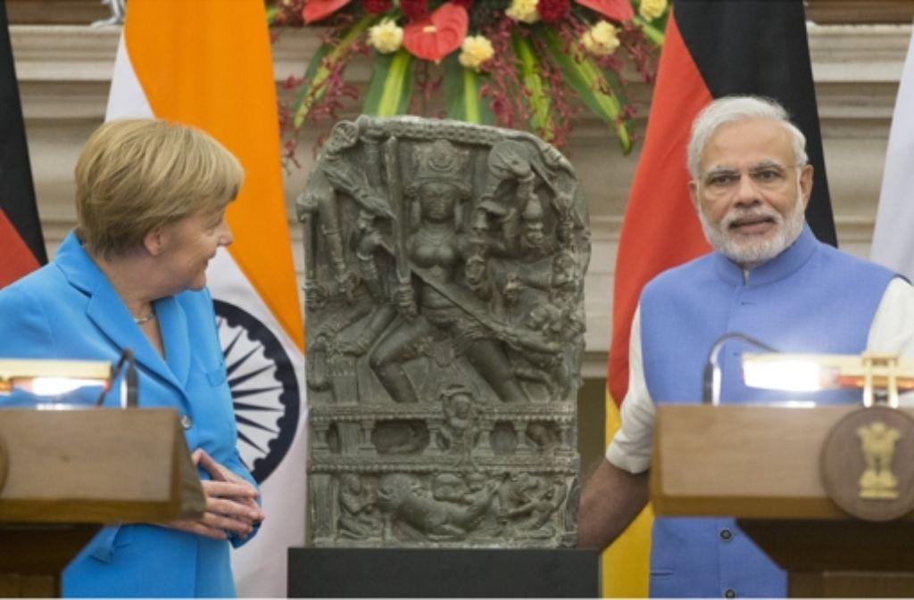 Bundeskanzlerin Angela Merkel hat als Geste der Freundschaft dem indischen Premier Narendra Modi eine gestohlene Statue zurückgegeben, die das Stuttgarter Lindenmuseum ersteigert hatte. Foto: dpa