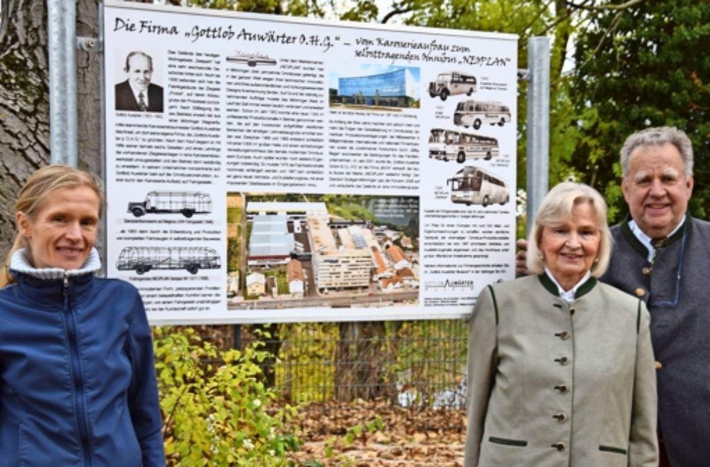 Sonja Mailänder (links), zeichnet für die inhaltliche Gestaltung der neuen Tafel verantwortlich.Christa und Konrad Auwärter haben diese finanziert. Foto: Alexandra Kratz