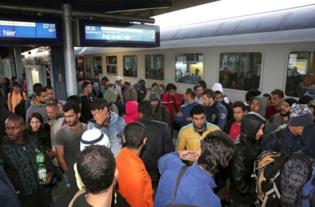 Flüchtlinge kommen am Bahnhof Neumünster in Schleswig-Holstein an. Foto: dpa