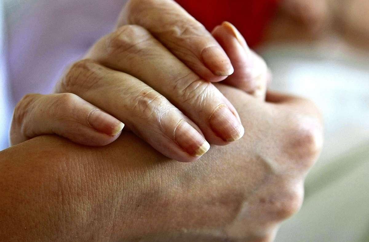 Vielen sterbenden Menschen hilft es, einen anderen zu spüren – den Mann, die Ehefrau, die Tochter, oder einen Begleiter in der letzten Zeit, die noch bleibt.. Foto: imago/photo2000