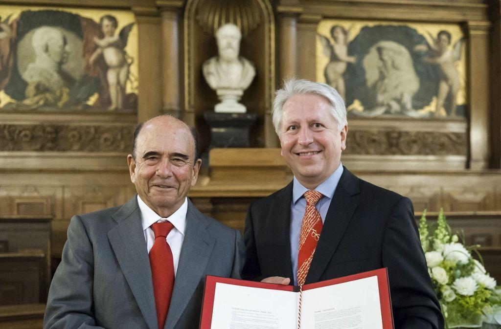 Uni-Rektor Bernhard Eitel (rechts) und ein Santander-Vertreter mit dem Kooperationsvertrag Foto: Santander Consumer Bank AG