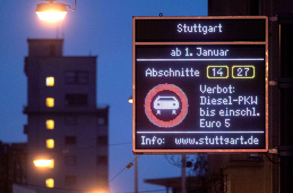 Einige Verbotsregelungen für Dieselfahrzeuge sind in Stuttgart längst eingeführt, jetzt geht es um eine zusätzliche, kleinere Umweltzone. Foto: dpa/Marijan Murat