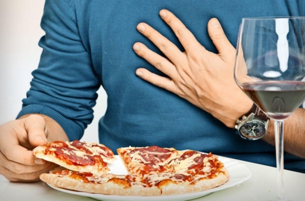 Üppige Mahlzeiten und Alkohol begünstigen Sodbrennen. Foto: dpa