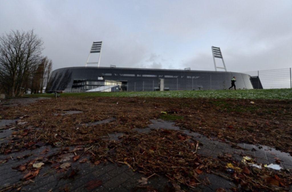 Das Wasser kam fast bis ins Fußballrund: Das Weserstadion in Bremen. Foto: dpa