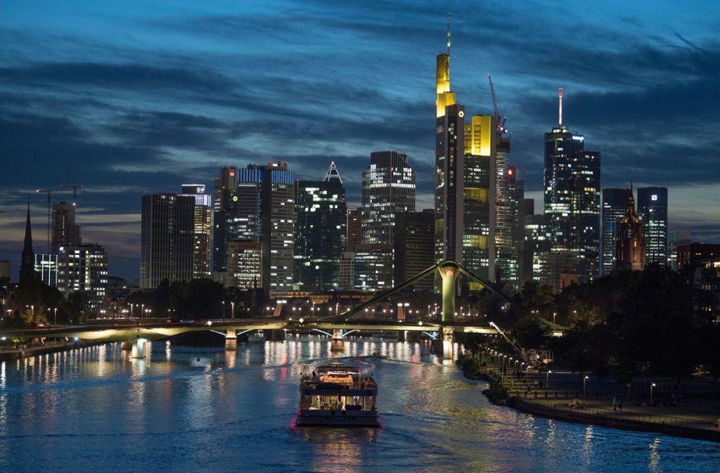 """Frankfurt am Main by night: Die Stadt ist der Star der neuen Netflix-Serie """"Skylines"""". Foto: dpa"""