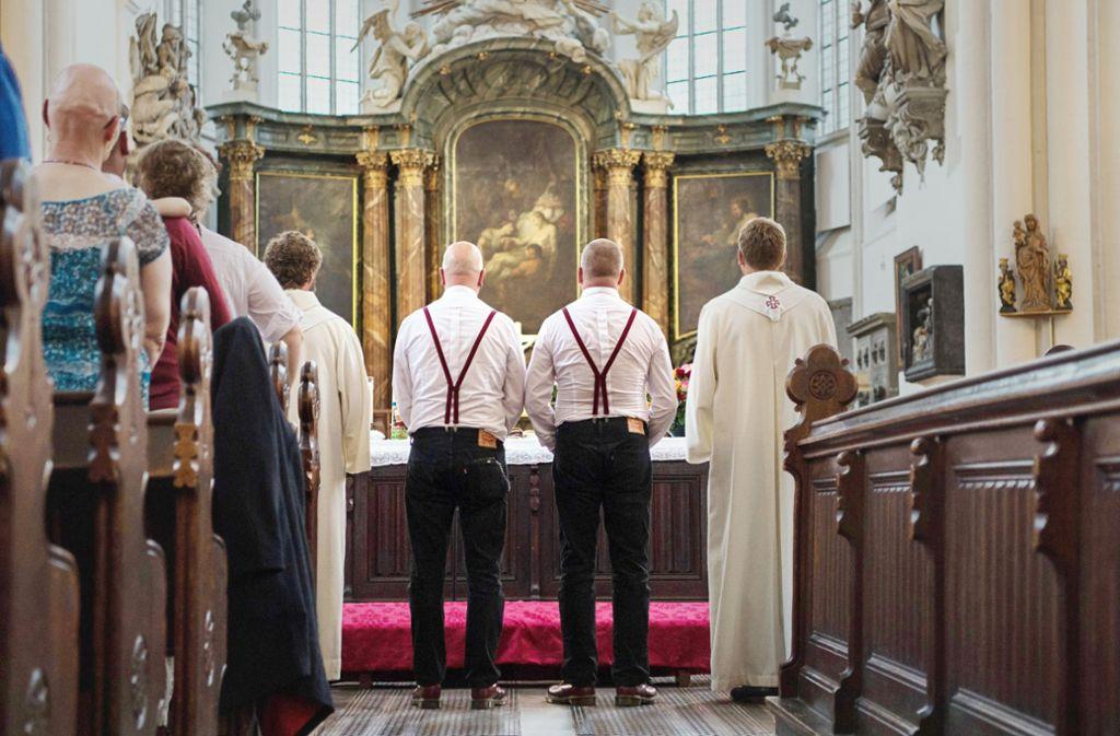 Ein Traung zweier Männer in einer evangelischen Kirche in Berlin. In Württemberg wird darum gestritten. Foto: dpa