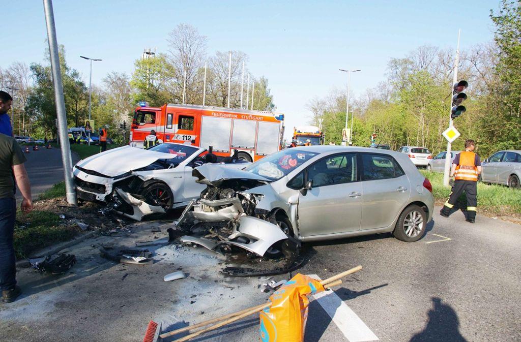 Hoher Schaden nach einem Unfall in Stuttgart. Foto: Andreas Rosar Fotoagentur-Stuttg