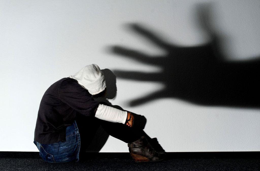 Laut  Polizei suchen die Täter sich ihre Opfer meist gezielt aus. Wichtig ist: sich nicht provozieren lassen, nicht diskutieren, sondern die Gefahrenzone verlassen. Foto: dpa