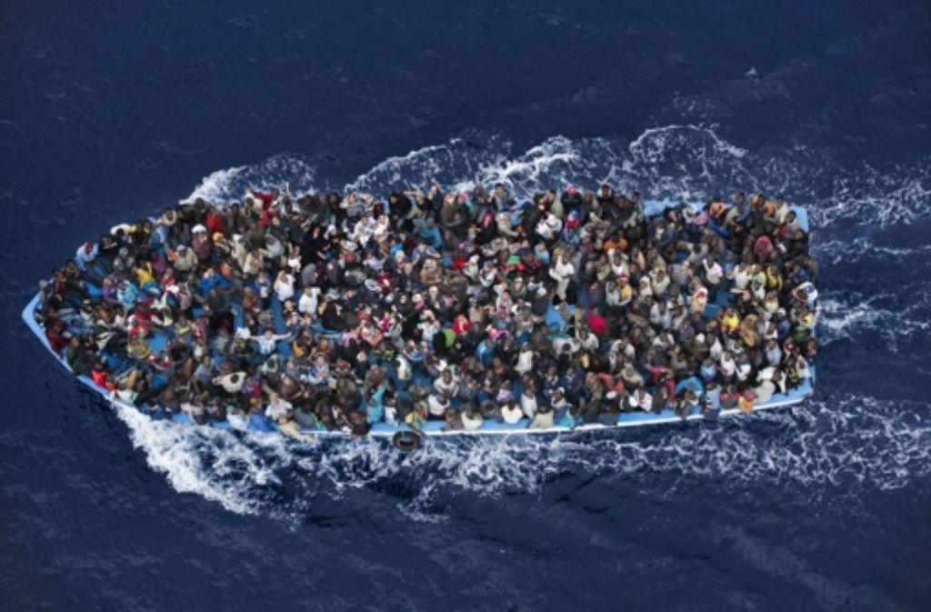 Laut den Aussagen von Helfern sind die Zahlen der  Menschen, die bei ihrer Flucht über das Mittelmeer sterben bereits im April 2015  30 mal höher als 2014. Foto: picture alliance/dpa