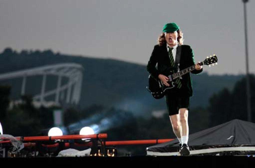 Wie gewohnt in Schuluniform: der Gitarrist Angus Young. Foto: Andreas Weise/factum