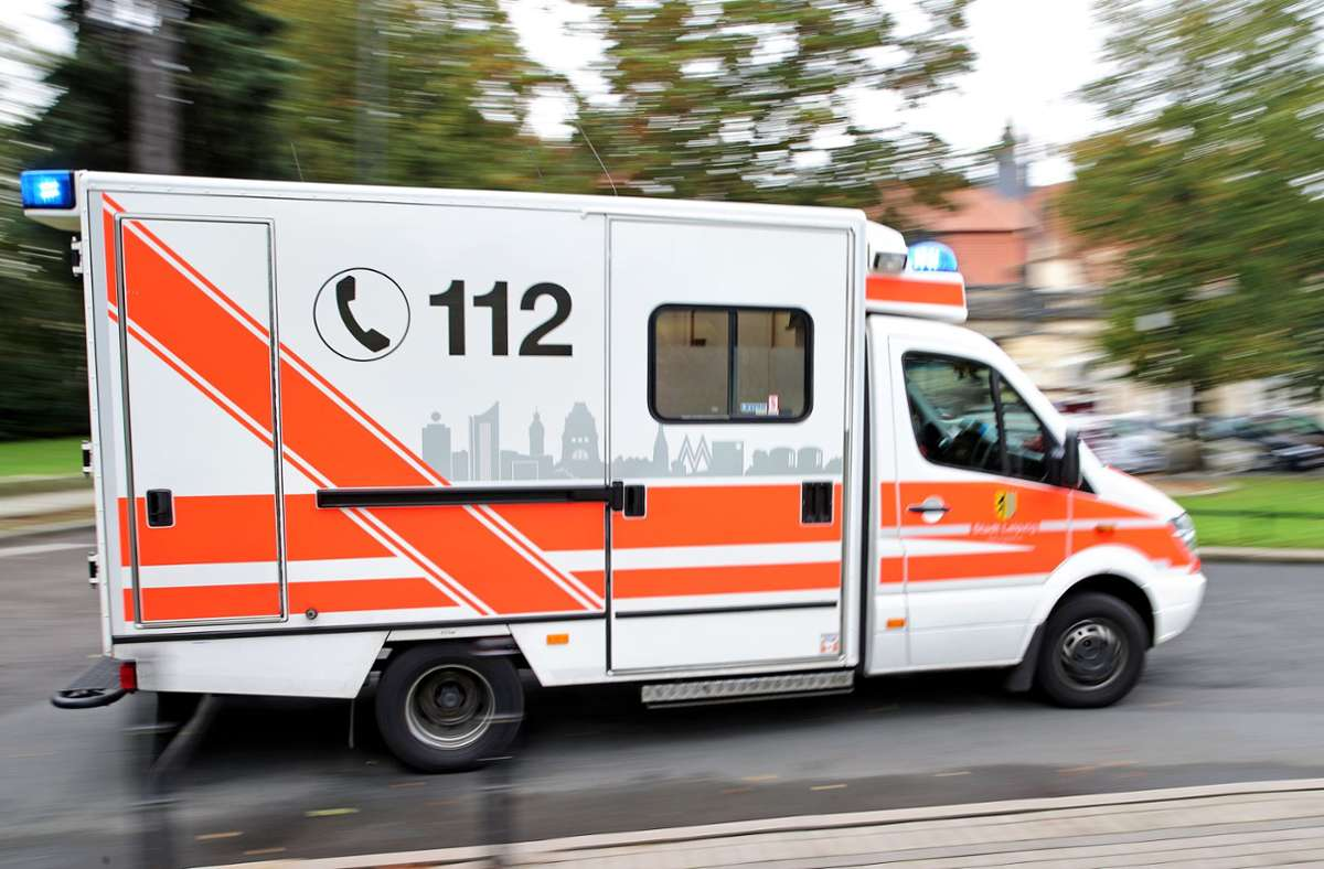 Der Biker musste nach dem Sturz ins Krankenhaus (Symbolbild). Foto: picture alliance / dpa/Jan Woitas