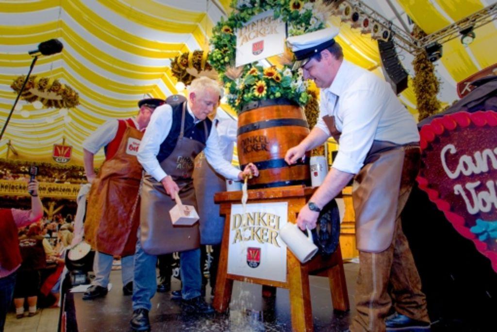OB Fritz Kuhn hat im Dinkelacker-Festzelt das Volksfest eröffnet. Mit von der Partie war auch Ballermann-Sternchen Antonia aus Tirol im Leoparden-Dirndl. Foto: Christian Hass