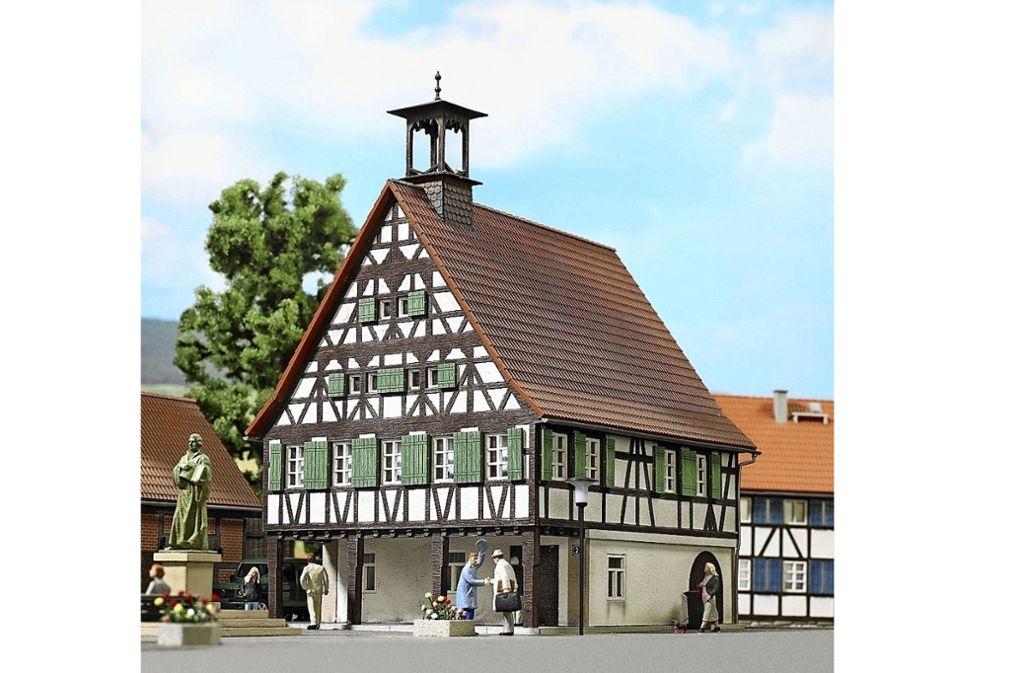 Täuschend echt: das  Uhlbacher Rathaus als Modellbausatz. Foto: z