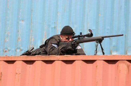 Volker Kaltenbach bei einer Übung auf einem Containerschiff: mir seinem Präzisionsgewehr kann der Scharfschütze aus 500 Metern einen Außenbordmotor zerstören. Foto: German Naval Security