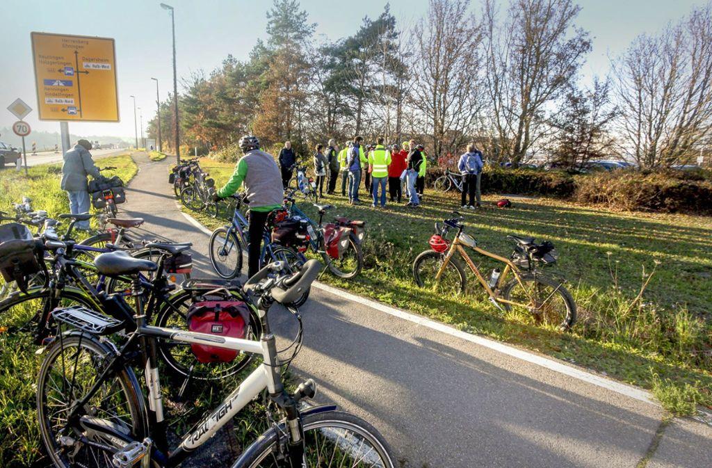 Begutachtung der Pläne: Fahrradfahrer und Landratsamt-Vertreter auf der  Ausbaustrecke Foto: factum/Bach