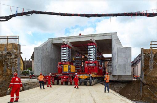 Eine  2000-Tonnen-Brücke schwebt an ihren Bestimmungsort