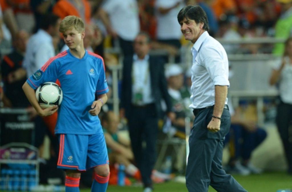 Zum Scherzle aufgelegt: Bundestrainer Joachim Löw hatte es auf den Ball des Balljungen abgesehen. Foto: dpa