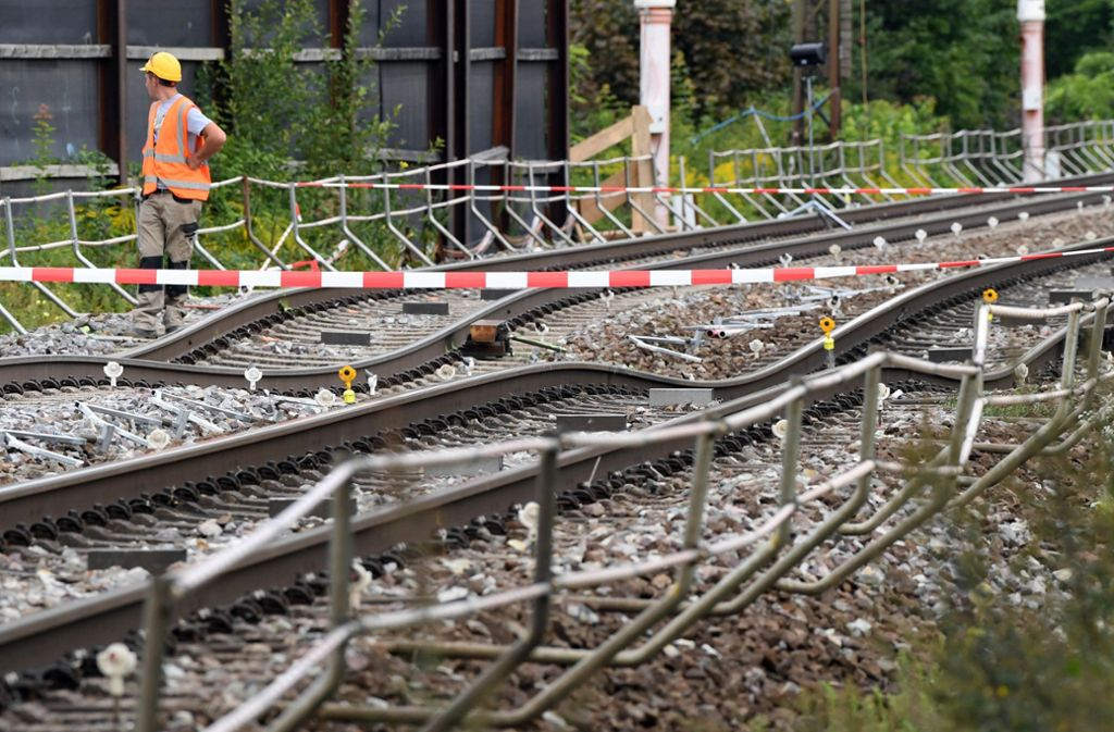 An der Tunnel-Baustelle sind die verbogenen Gleise abgesperrt. Foto: dpa