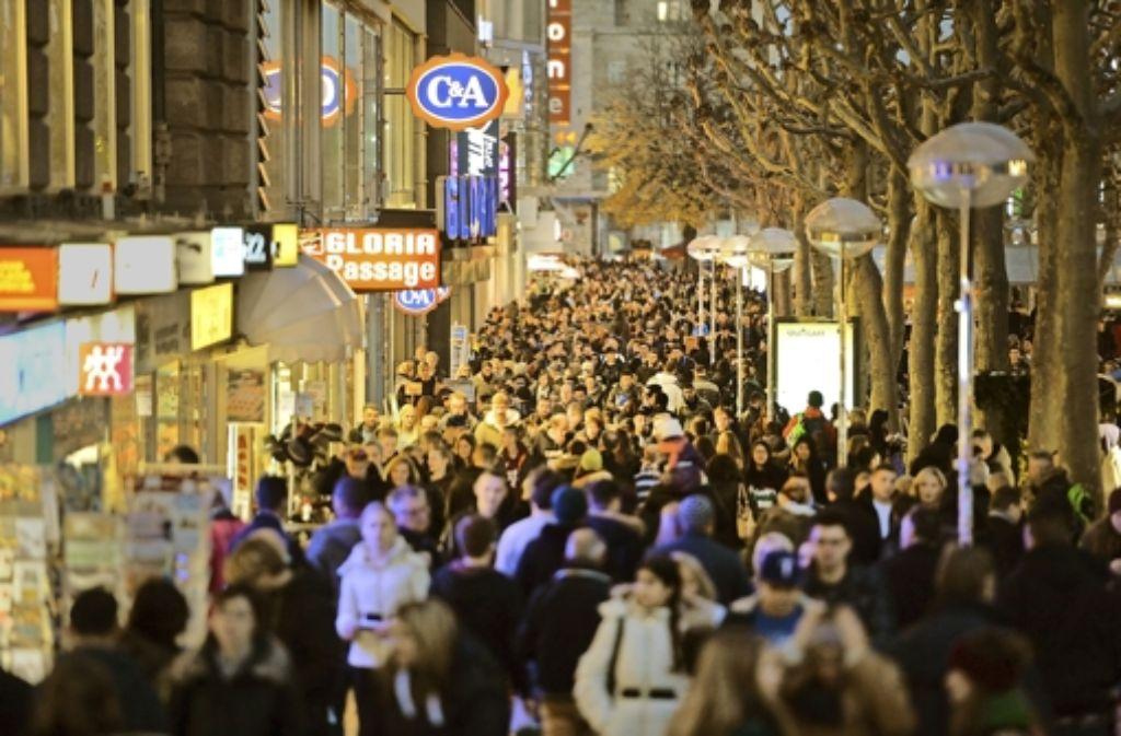 Wir sind viele: Auf der Königstraße könnte es künftig noch enger werden Foto: dpa