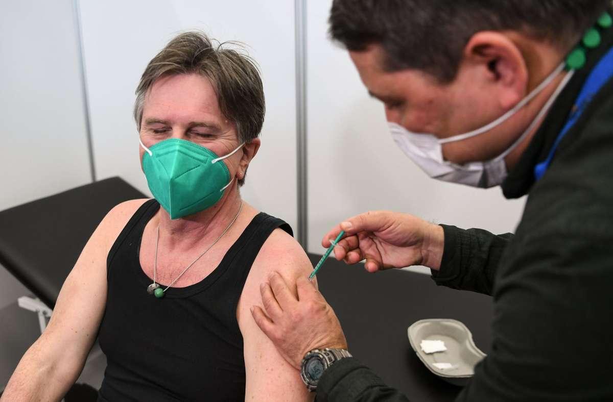 Manne Lucha wurde am Freitag in Ravensburg geimpft. Foto: dpa/Felix Kästle