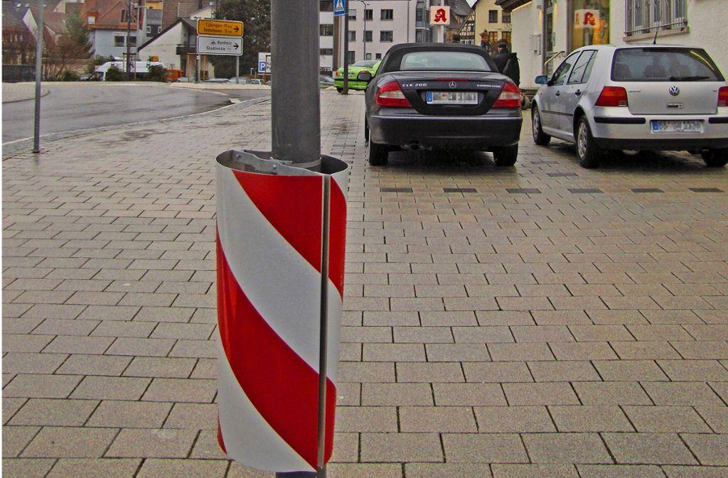 Ob die rot-weißen Streifen helfen? Die Laterne wird wiederholt touchiert. Foto: Claudia Barner