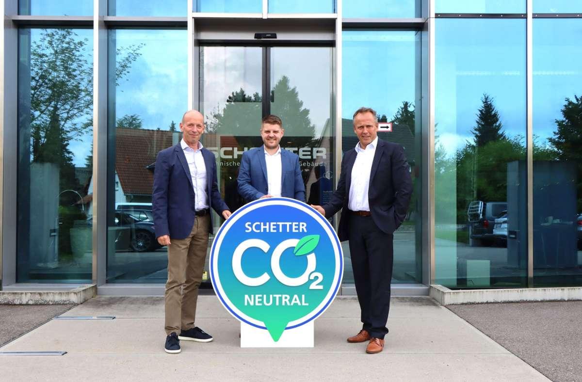Firmenchef Markus Schetter, Bürgermeister Benedikt Paulowitsch und Geschäftsführer Heino Wolkenhauersehen die kommunalen Klimaschutzbemühungen auf einem guten Weg.. Foto: