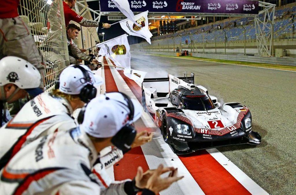 Applaus bei der letzten Zieldurchfahrt für den Porsche 919 Hybrid. Foto: Porsche