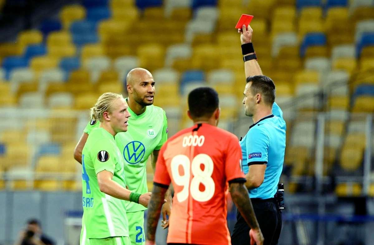Für Wolfsburgs John Anthony Brooks war die Partie gegen Schachtjor Donezk vorzeitig beendet. Foto: AFP/SERGEI SUPINSKY