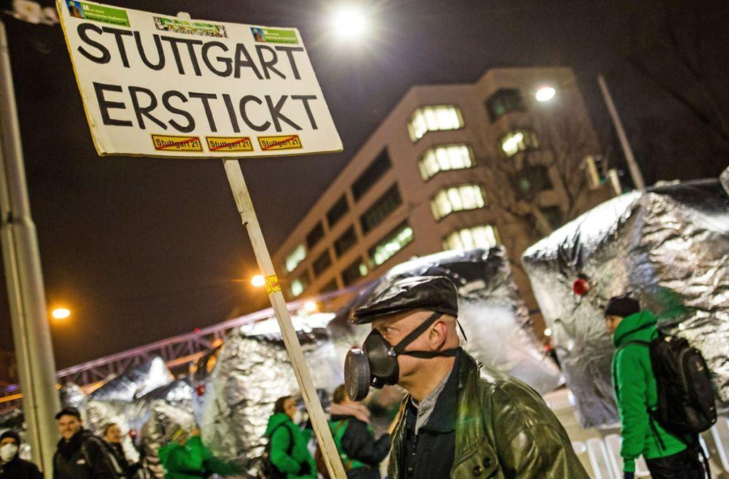 Immer wieder protestieren Bürger gegen die schlechte Luft am Neckartor. Foto: dpa