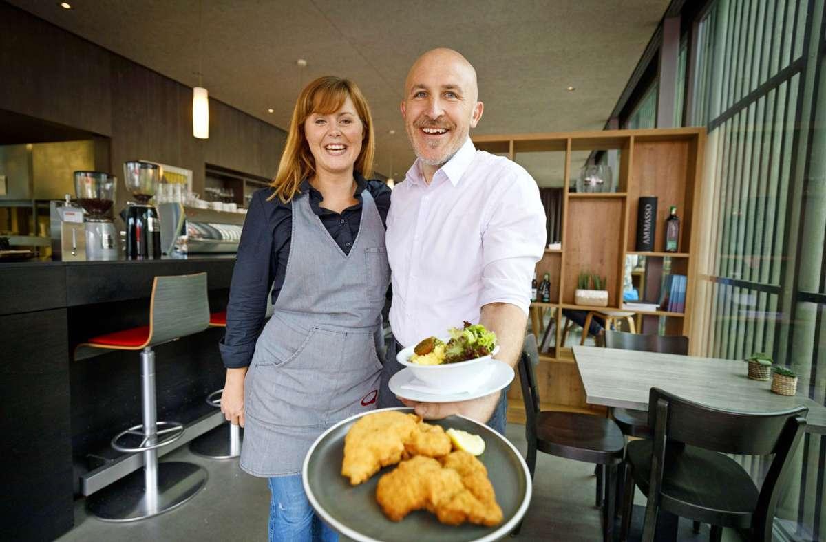 Wiener Schnitzel: Julia Krehl und Robert Kudin in ihrem Gastraum Foto: Gottfried / Stoppel