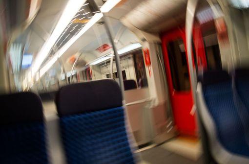 Schlafende Frau in der Bahn bestohlen