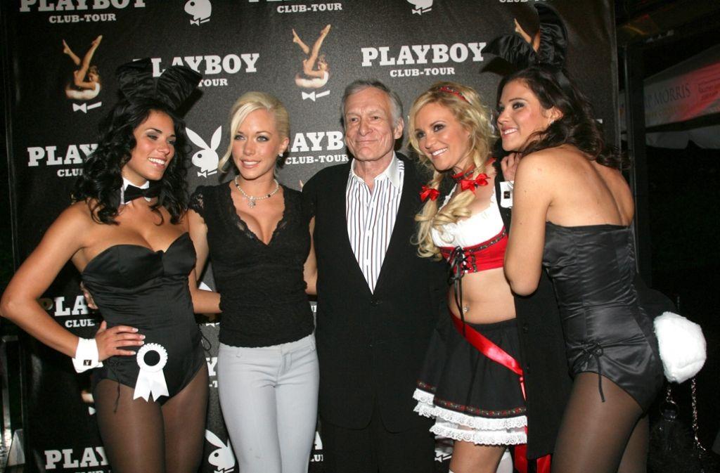 """Hugh Hefner zeigt sich gerne mit seinen """"Bunnies"""": Der Playboy-Chef wird 90 Jahre alt und feiert das mit einer großen Party in seiner Villa in Los Angeles. In einer Bildergalerie zeigen wir, wer alles über die Jahre an seiner Seite fotografiert worden ist. Foto: Arhciv/dpa"""