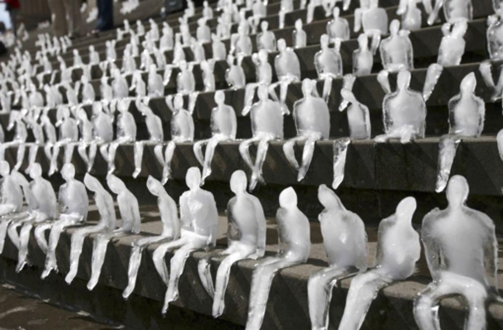 """Die Skulptur """"Melting Men"""" der brasilianischen Künstlerin Nele Azevedo war im September 2009 eine halbe Stunde lang auf dem Gendarmenmarkt in Berlin zu sehen. Es war ein Kooperationsprojekt mit dem WWF, drei Monate vor dem UN-Klimagipfel in Kopenhagen, auf dem so viele Hoffnungen ruhten. Foto: AP"""