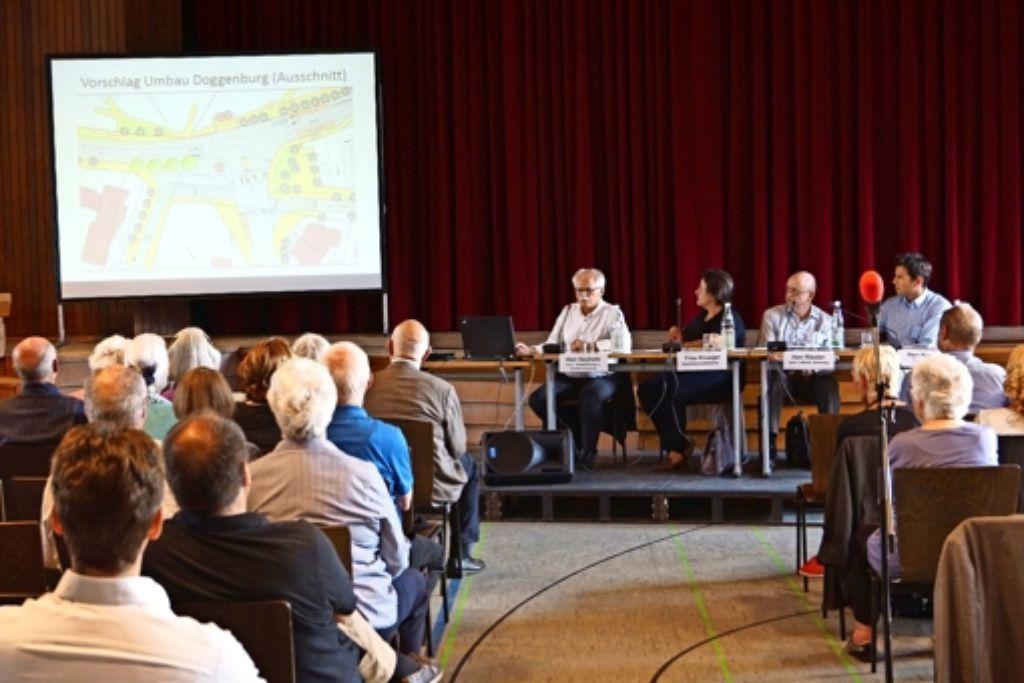 Arne Seyboth (auf dem Podium links) stellt die städtische Planung für die Doggenburg-Kreuzung vor. Foto: Fritzsche