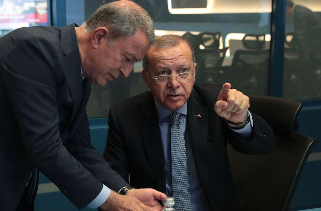 Der türkische Präsident Recep Tayyip Erdogan (r.) im Gespräch mit dem türkischen Verteidigungsminister  Hulusi Akar. Foto: AFP