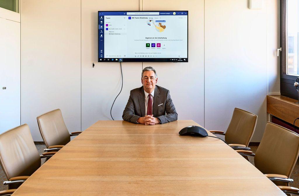 Arbeit mit Abstandsregeln: Dietmar Allgaier im Besprechungsraum neben seinem Büro. Von hier aus nimmt er unter anderem an Videokonferenzen teil. Foto: factum/Andreas Weise