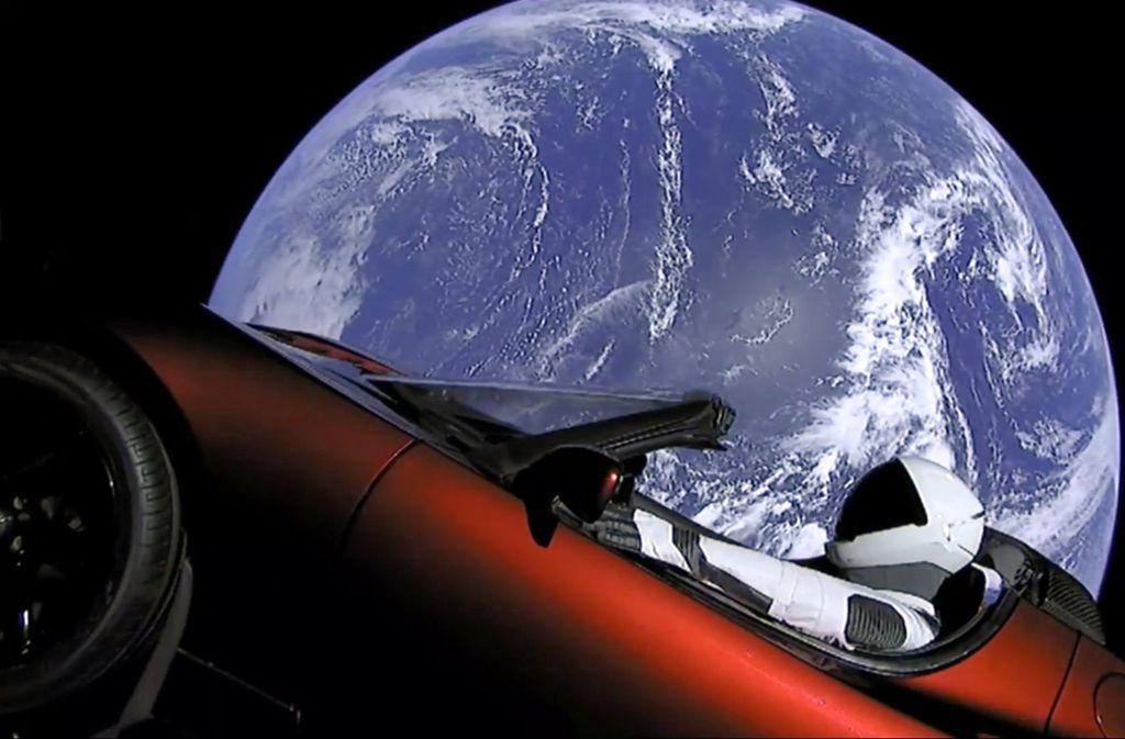"""Elon Musk ließ seinen eigenen kirschroten Sportwagen seiner Elektroautofirma Tesla an Bord der """"Heavy Falcon"""" bringen. Im Fahrersitz des Cabrios sitzt """"Starman"""", ein Dummy in einem Raumanzug. Foto: AFP"""