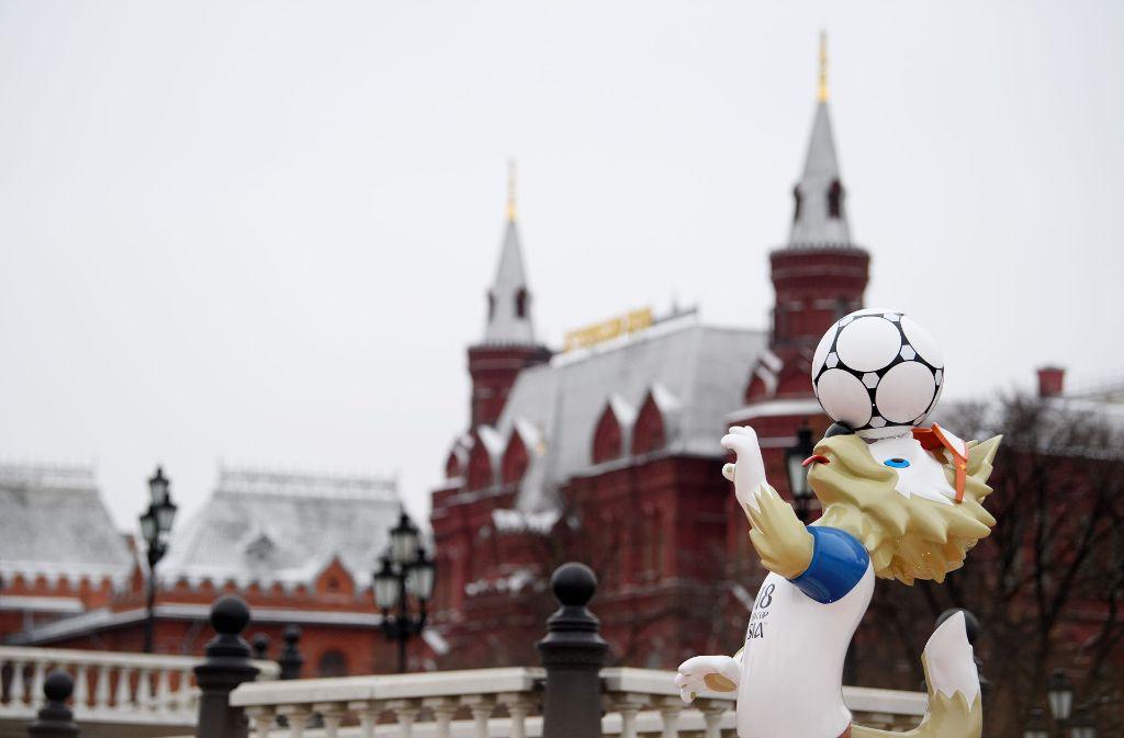WM-Maskottchen Zabivaka hält vor dem Kremlpalast den Ball hoch. Foto: Getty
