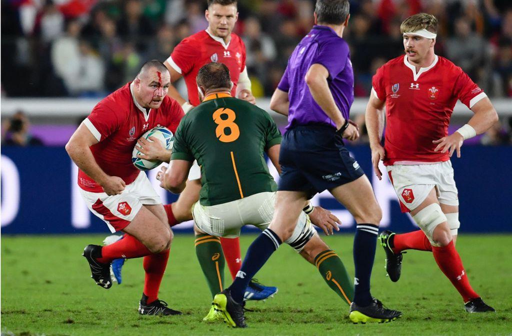 Die Waliser in Rot mussten sich am Ende geschlagen geben. Foto: dpa/Ashley Western
